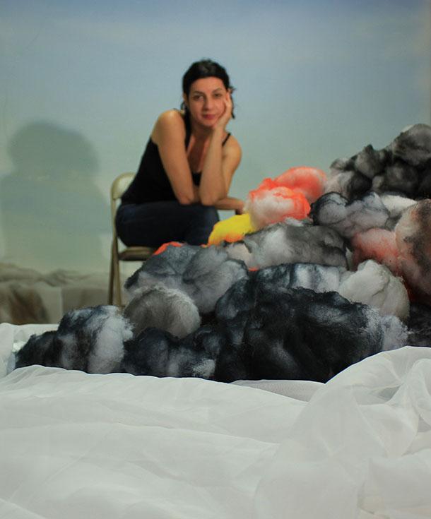 Shirley Weger dans son atelier