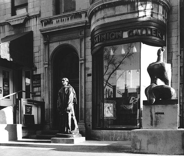 La Galerie Domion, rue Sherbrooke à Montréal, avec en façade une sculpture d'Auguste Rodin et de Henry Moore
