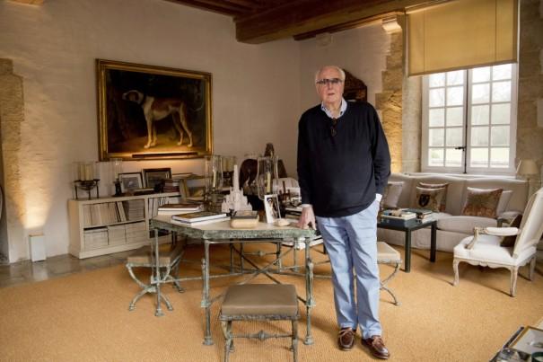 Hubert de Givenchy pose dans son manoir du Jonchet pour Point de Vue, en février 2017. Courtoisie de Luc Castel