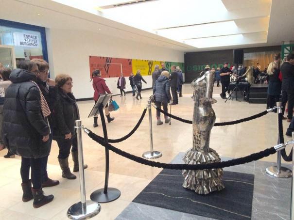 Une des robes de François Bertrand exposée dans l'Aile Simons, aux Galeries de la Capitale, à Québec jusqu'au 22 avril