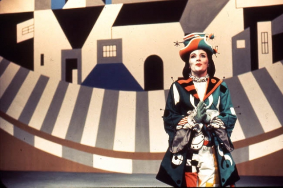 Le personnage de Viola travestie en Césario, dans la production de La nuit des rois (1968). Gracieuseté du Théâtre du Nouveau Monde (Montréal).