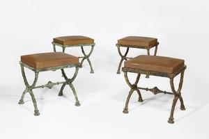 Diego Giacometti. Ensemble de quatre tabourets en x. Bronze à patine vert antique et cuir. Estimés entre 500.000 et 800.000 dollars