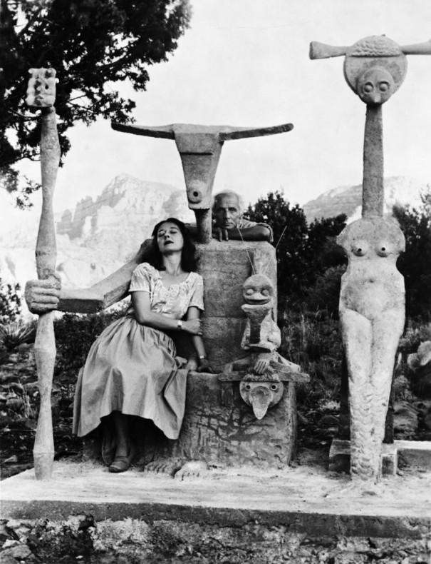 Dorothea Tanning et Max Ernst avec la sculpture, Capricorn, 1947 / Photographiés par John Kasnetsis / © John Kasnetsis
