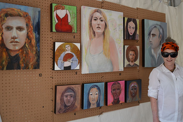 Christianne Gaudette devant sa série de portraits inspirés de la thématique #Moi Aussi
