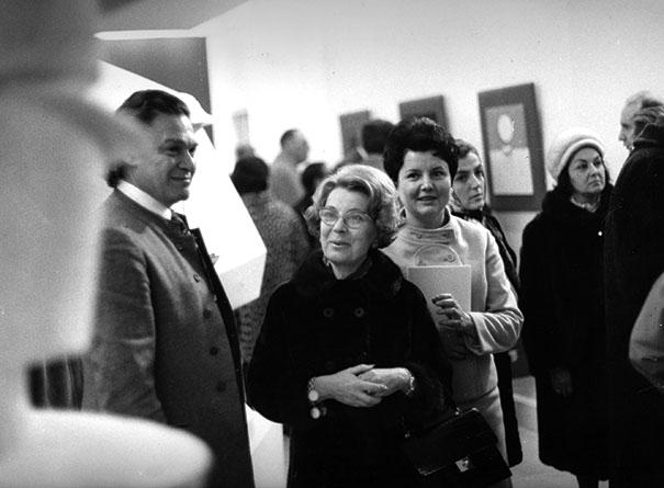 À gauche Alexandre Iolas et à droite derrière la dame, Paquerette Villeneuve