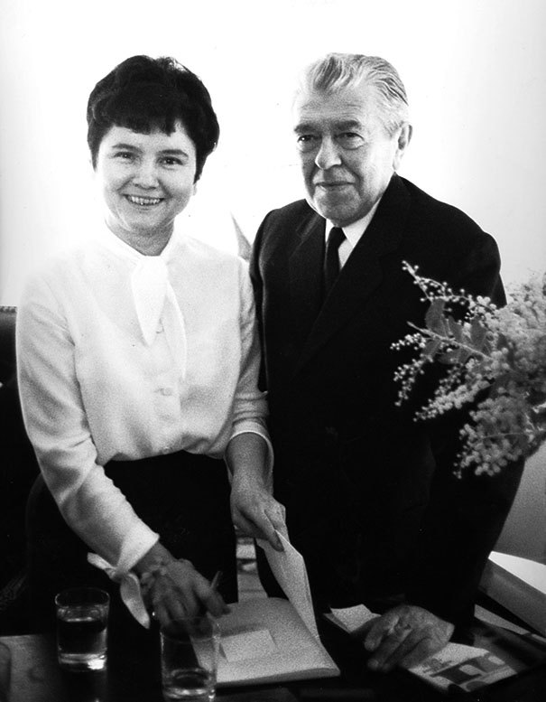 Paquerette Villeneuve en compagnie de René Magritte lors d'une exposition à la Galerie Iolas, à Paris